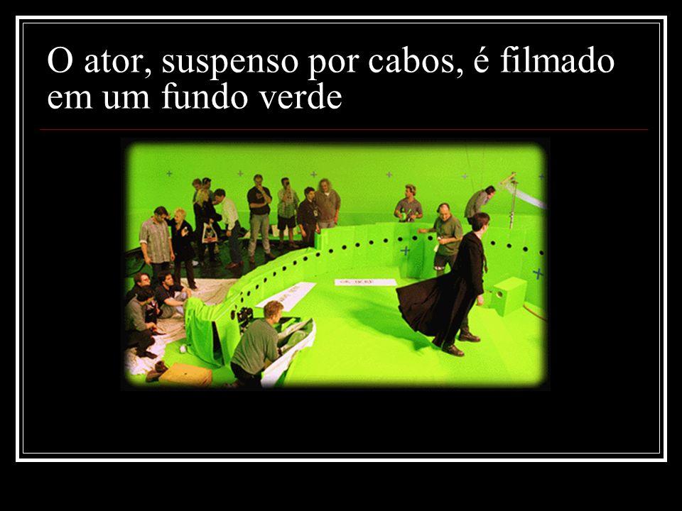O ator, suspenso por cabos, é filmado em um fundo verde