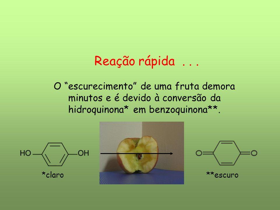 Reação rápida . . .O escurecimento de uma fruta demora minutos e é devido à conversão da hidroquinona* em benzoquinona**.