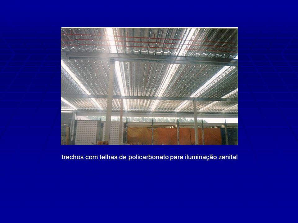 trechos com telhas de policarbonato para iluminação zenital