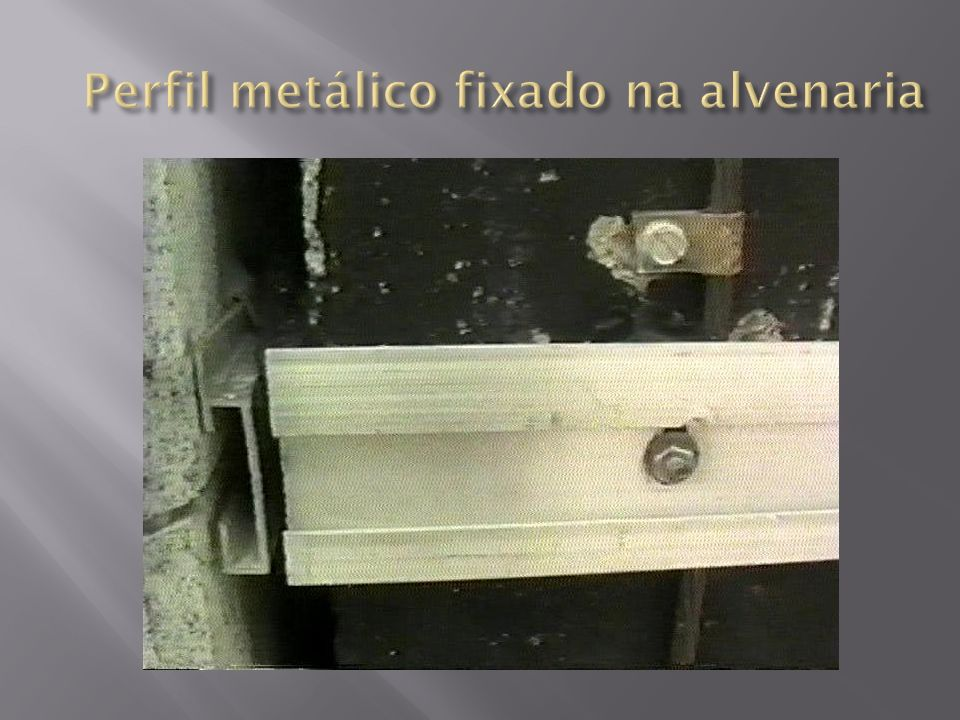 Perfil metálico fixado na alvenaria