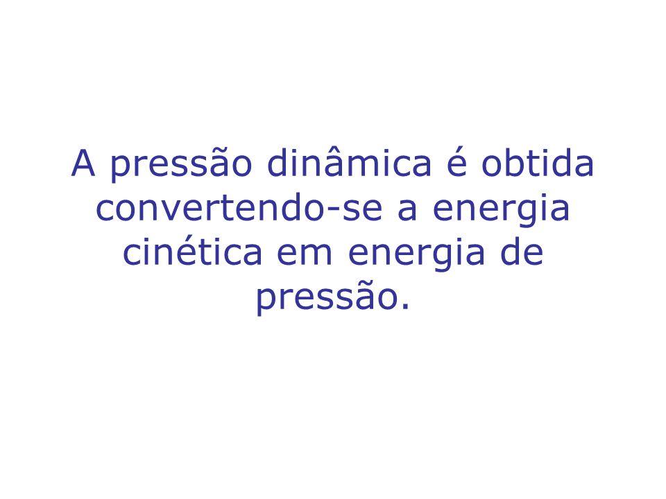 A pressão dinâmica é obtida convertendo-se a energia cinética em energia de pressão.