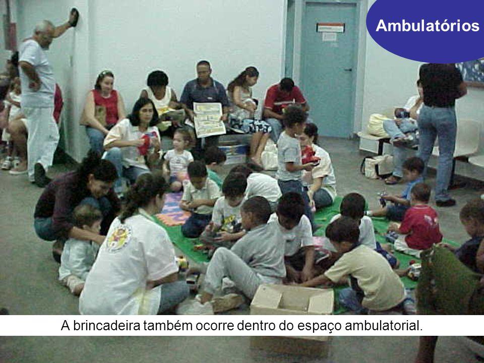 A brincadeira também ocorre dentro do espaço ambulatorial.