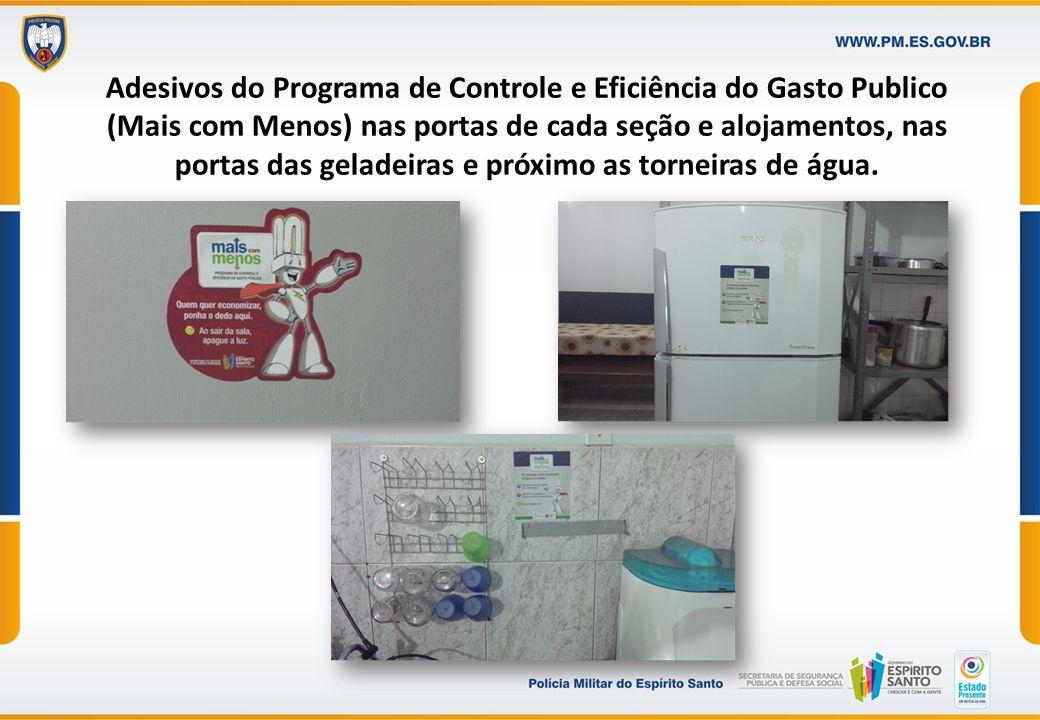 Adesivos do Programa de Controle e Eficiência do Gasto Publico (Mais com Menos) nas portas de cada seção e alojamentos, nas portas das geladeiras e próximo as torneiras de água.