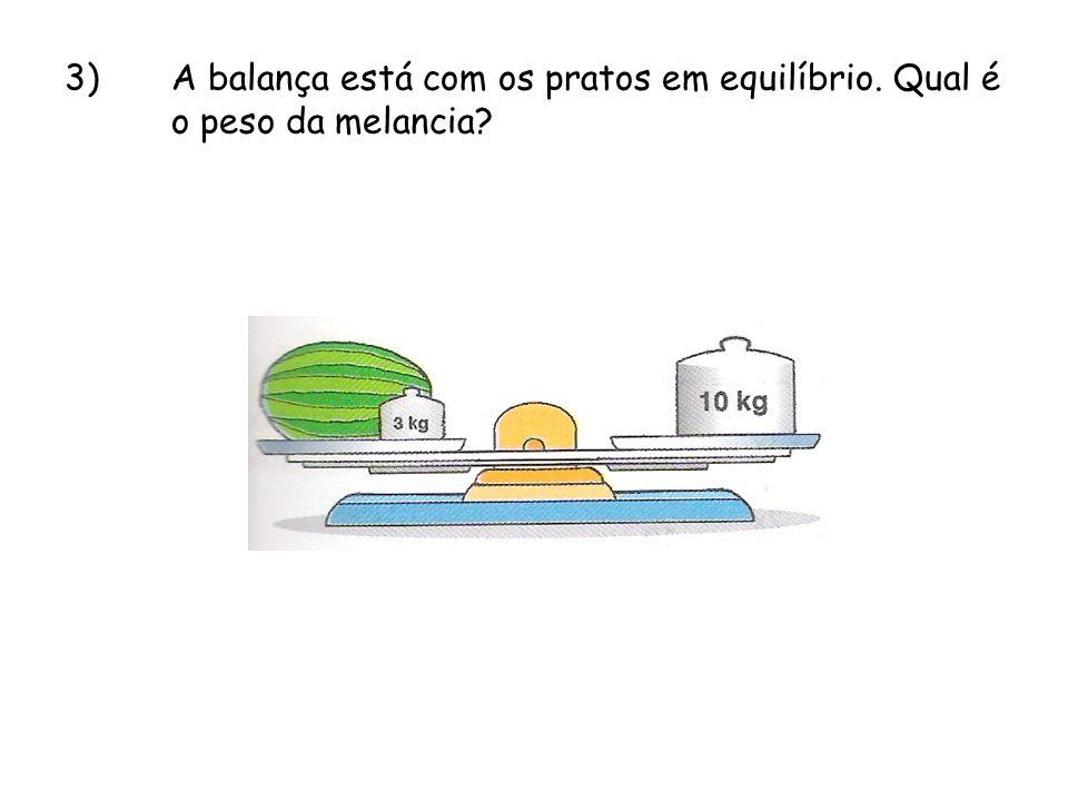 3). A balança está com os pratos em equilíbrio. Qual é