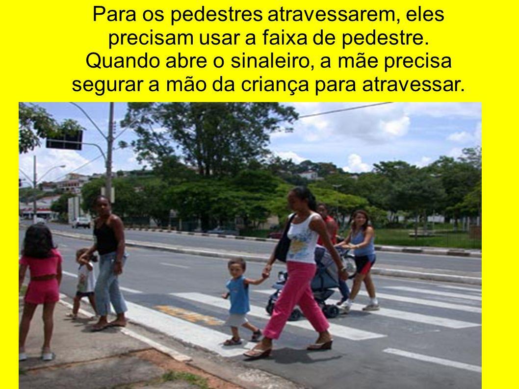 Para os pedestres atravessarem, eles precisam usar a faixa de pedestre.