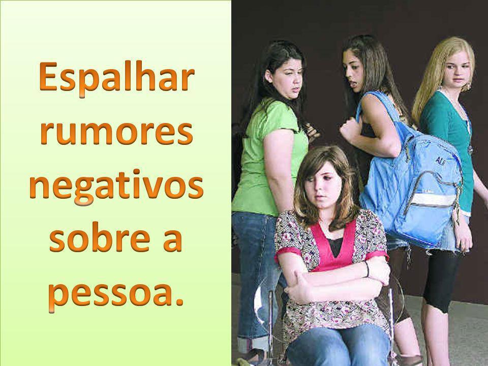 Espalhar rumores negativos sobre a pessoa.