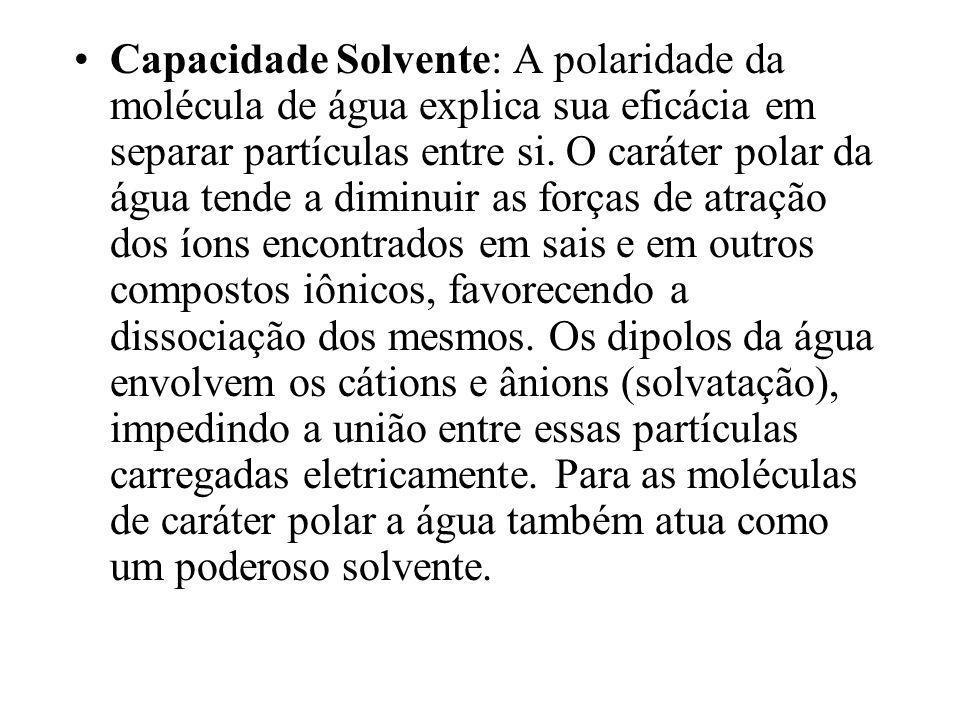 Capacidade Solvente: A polaridade da molécula de água explica sua eficácia em separar partículas entre si.