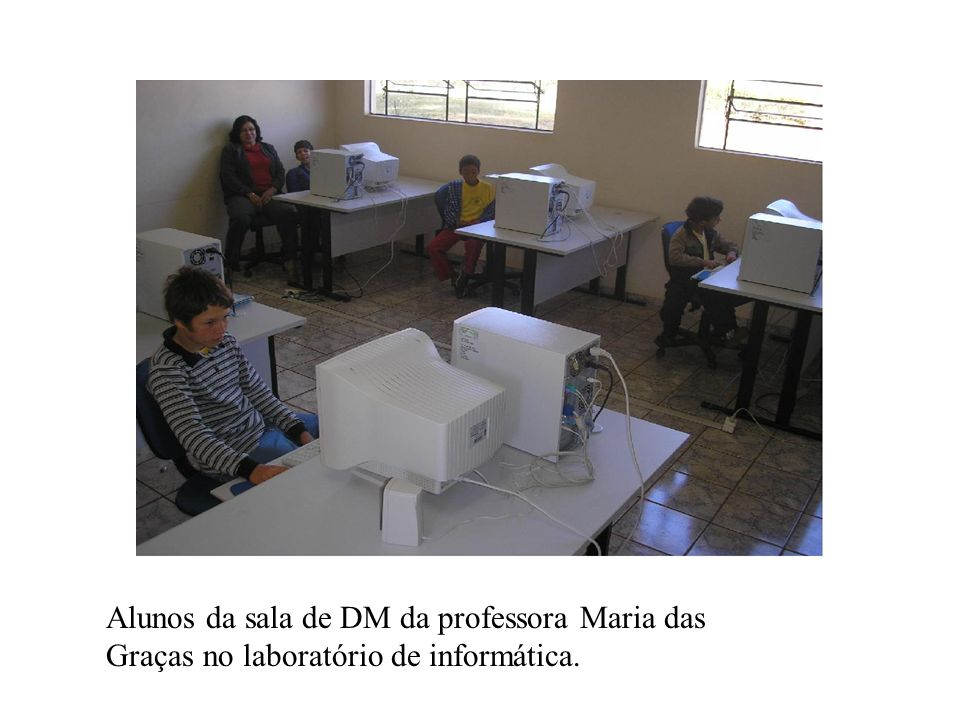 Alunos da sala de DM da professora Maria das Graças no laboratório de informática.