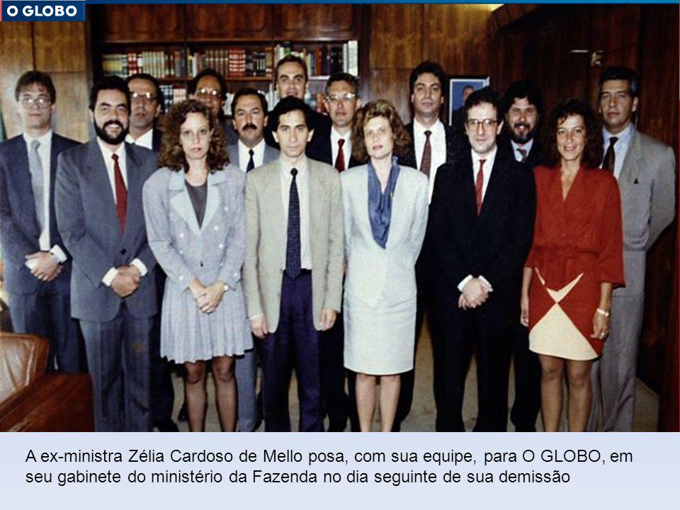 A ex-ministra Zélia Cardoso de Mello posa, com sua equipe, para O GLOBO, em seu gabinete do ministério da Fazenda no dia seguinte de sua demissão