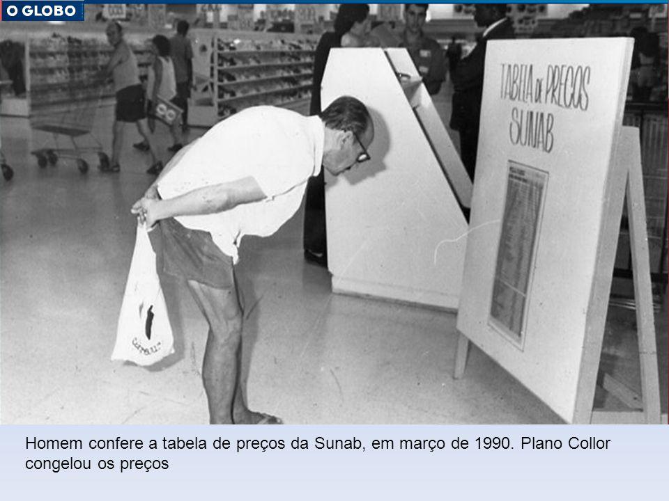 Homem confere a tabela de preços da Sunab, em março de 1990