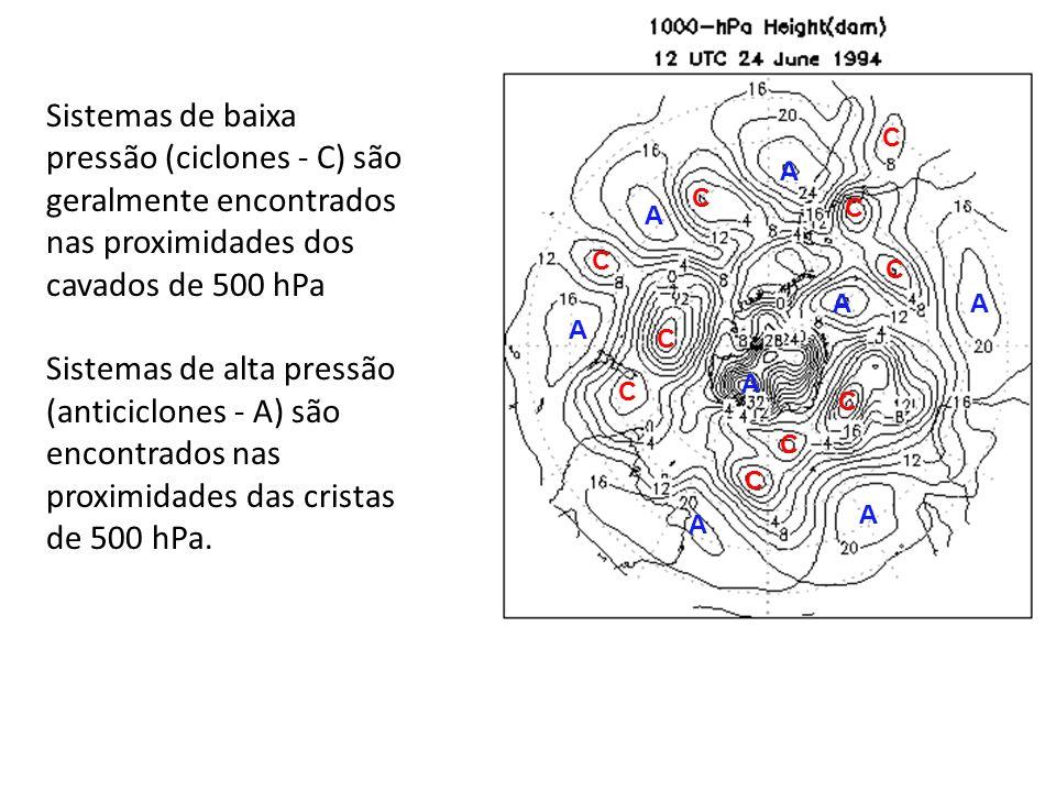 Sistemas de baixa pressão (ciclones - C) são geralmente encontrados nas proximidades dos cavados de 500 hPa