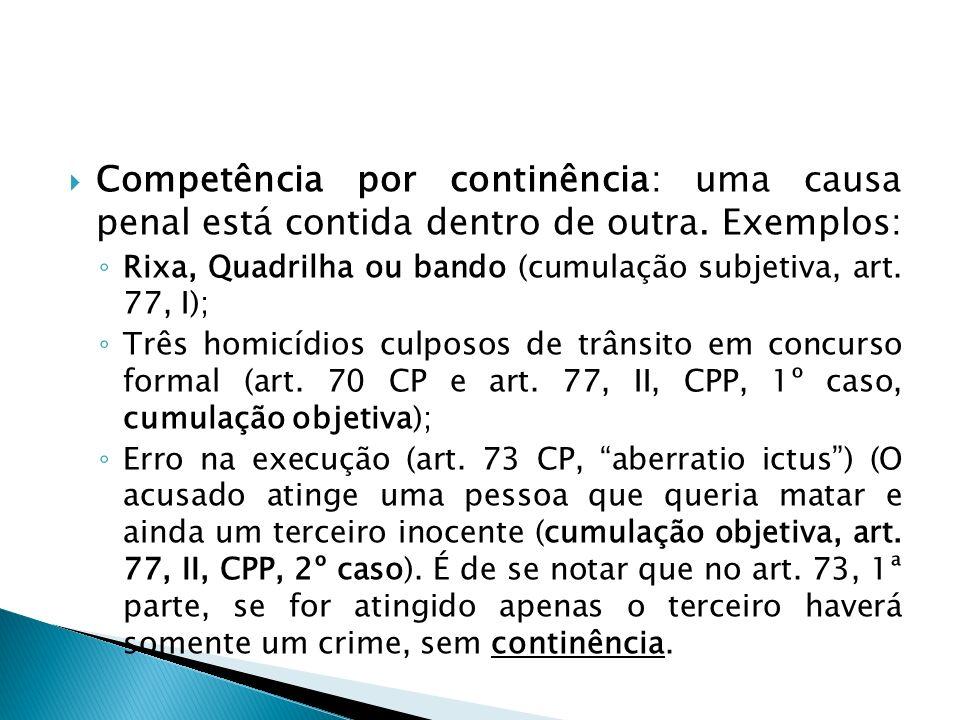 Competência por continência: uma causa penal está contida dentro de outra. Exemplos: