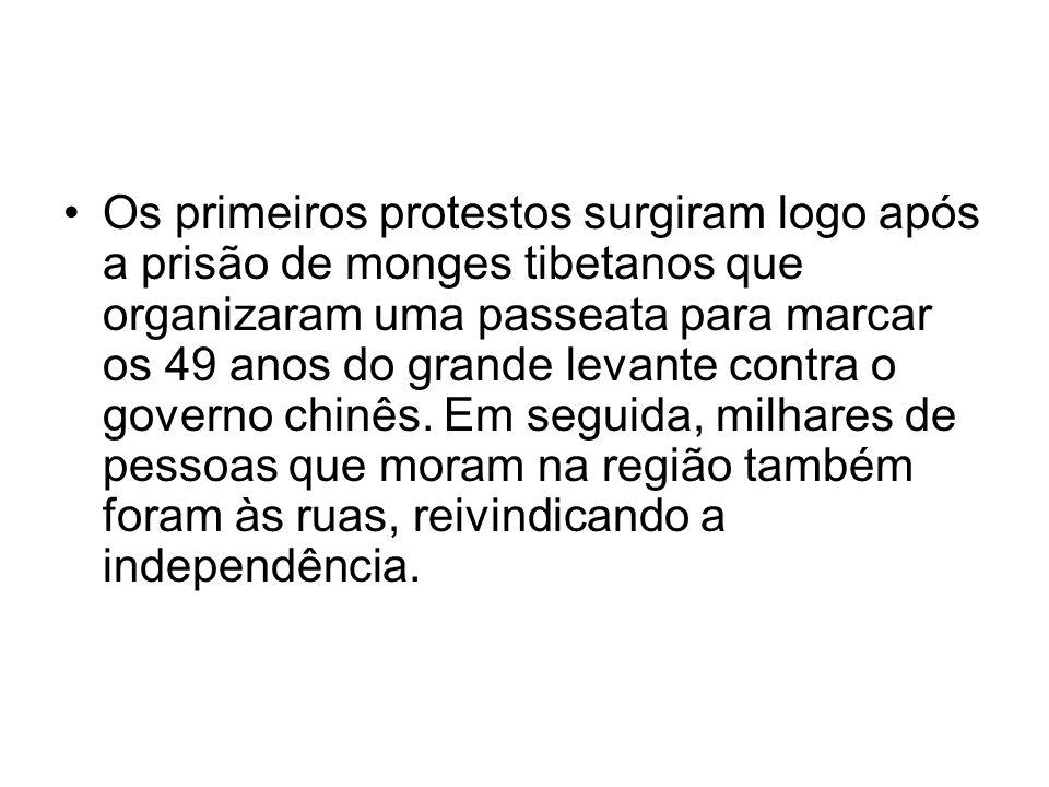 Os primeiros protestos surgiram logo após a prisão de monges tibetanos que organizaram uma passeata para marcar os 49 anos do grande levante contra o governo chinês.