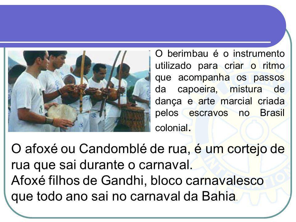 O berimbau é o instrumento utilizado para criar o ritmo que acompanha os passos da capoeira, mistura de dança e arte marcial criada pelos escravos no Brasil colonial.