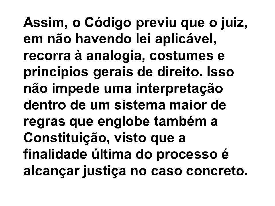 Assim, o Código previu que o juiz, em não havendo lei aplicável, recorra à analogia, costumes e princípios gerais de direito.
