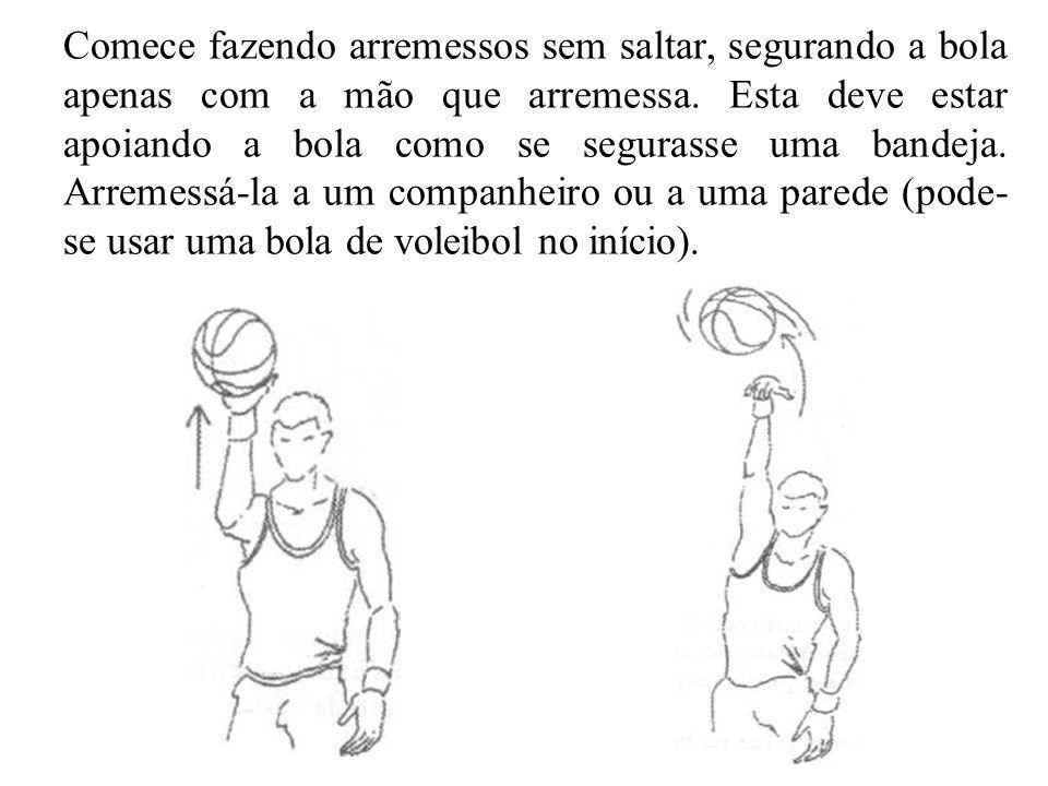 Comece fazendo arremessos sem saltar, segurando a bola apenas com a mão que arremessa.