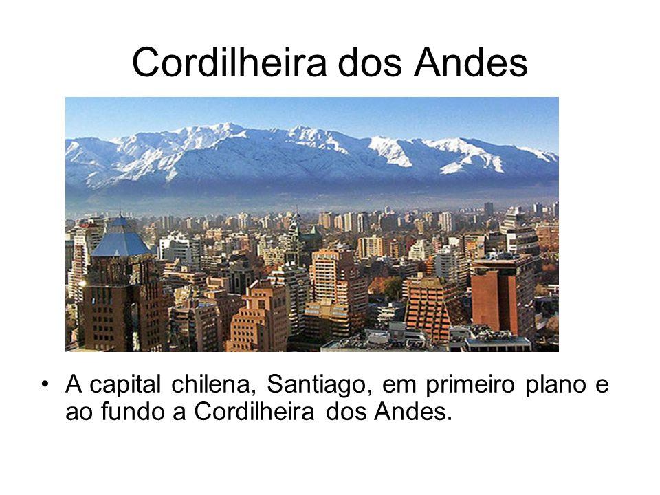 Cordilheira dos Andes A capital chilena, Santiago, em primeiro plano e ao fundo a Cordilheira dos Andes.