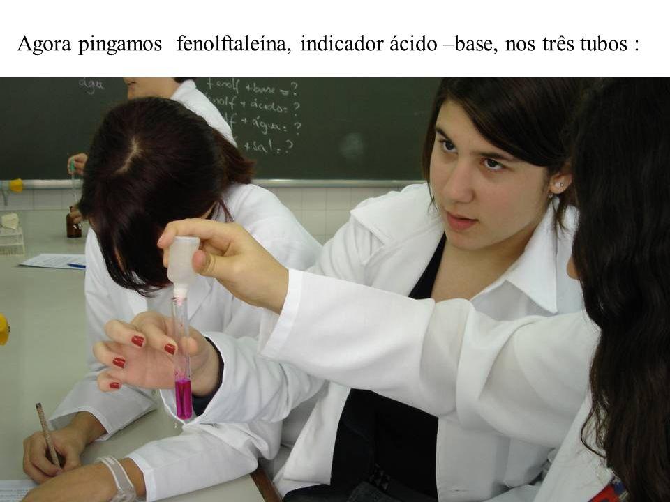 Agora pingamos fenolftaleína, indicador ácido –base, nos três tubos :
