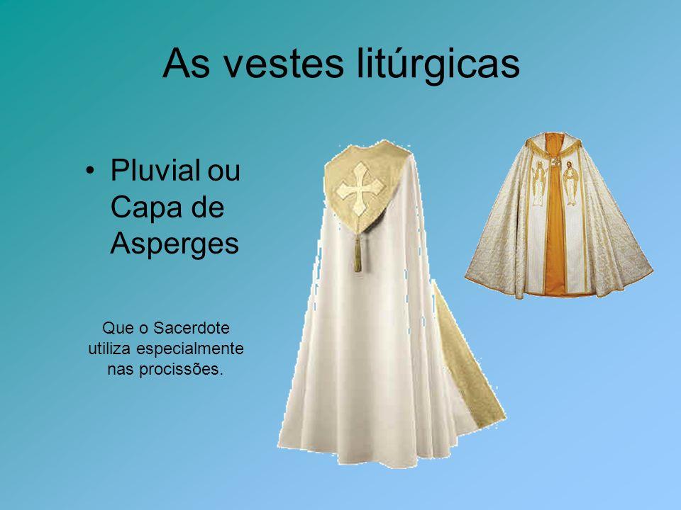 Que o Sacerdote utiliza especialmente nas procissões.