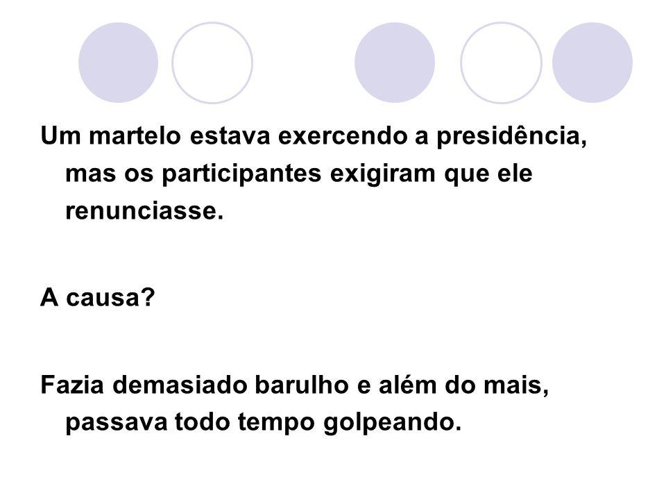 Um martelo estava exercendo a presidência, mas os participantes exigiram que ele renunciasse.