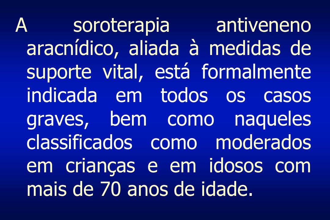 A soroterapia antiveneno aracnídico, aliada à medidas de suporte vital, está formalmente indicada em todos os casos graves, bem como naqueles classificados como moderados em crianças e em idosos com mais de 70 anos de idade.