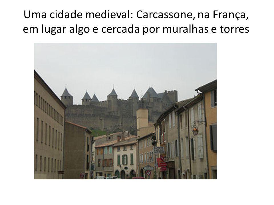 Uma cidade medieval: Carcassone, na França, em lugar algo e cercada por muralhas e torres
