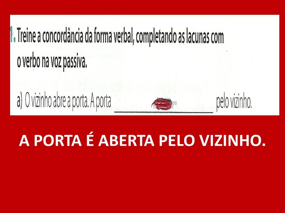 A PORTA É ABERTA PELO VIZINHO.