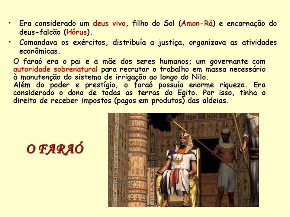 Era considerado um deus vivo, filho do Sol (Amon-Rá) e encarnação do deus-falcão (Hórus).
