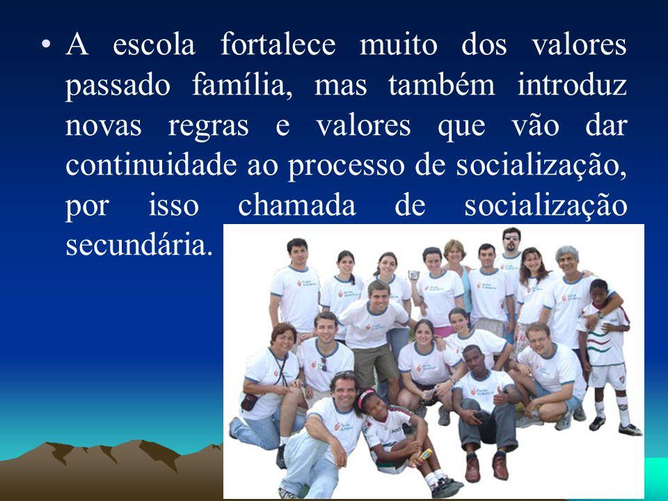 A escola fortalece muito dos valores passado família, mas também introduz novas regras e valores que vão dar continuidade ao processo de socialização, por isso chamada de socialização secundária.