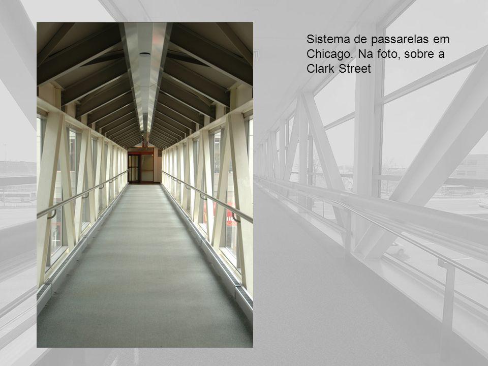 Sistema de passarelas em Chicago. Na foto, sobre a Clark Street