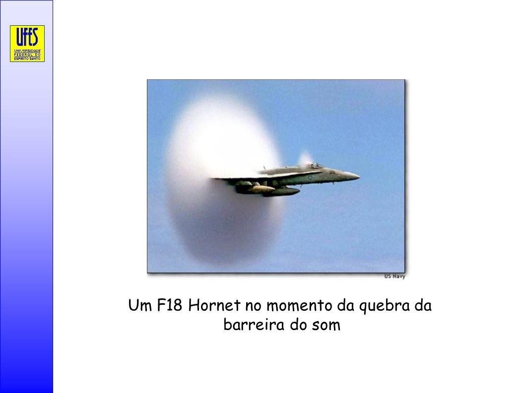 Um F18 Hornet no momento da quebra da