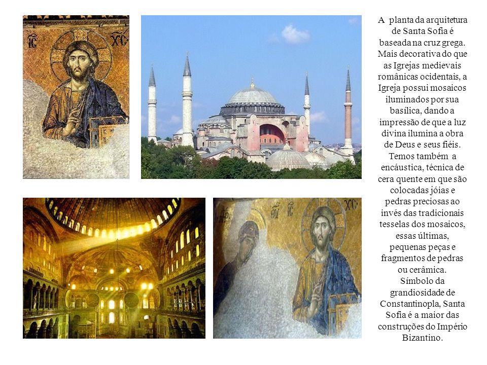 A planta da arquitetura de Santa Sofia é baseada na cruz grega
