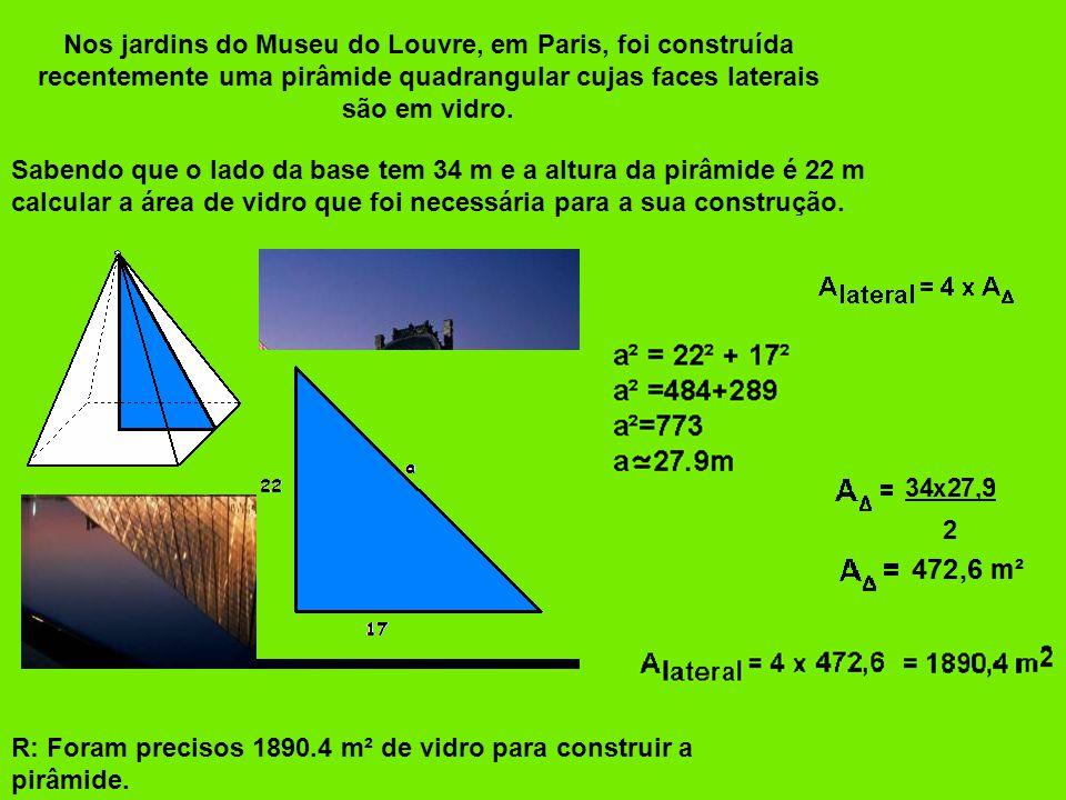 Nos jardins do Museu do Louvre, em Paris, foi construída recentemente uma pirâmide quadrangular cujas faces laterais são em vidro.