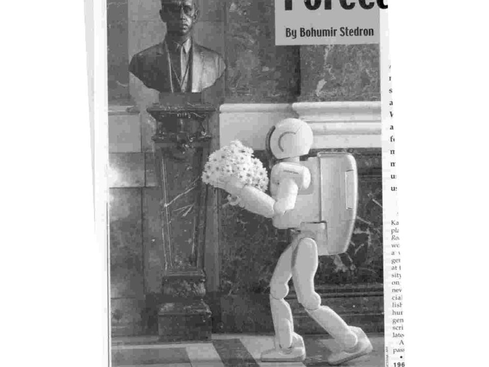 Robot levando flores a Karol Kapek