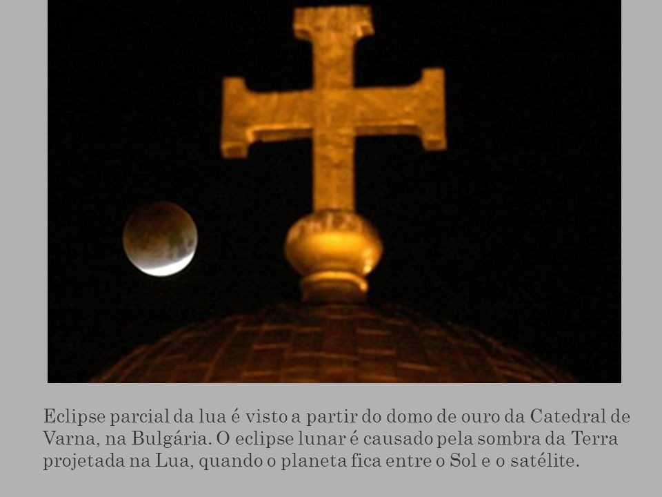 Eclipse parcial da lua é visto a partir do domo de ouro da Catedral de Varna, na Bulgária.