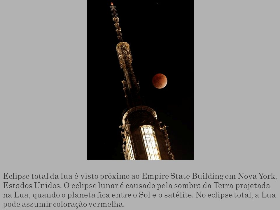 Eclipse total da lua é visto próximo ao Empire State Building em Nova York, Estados Unidos.