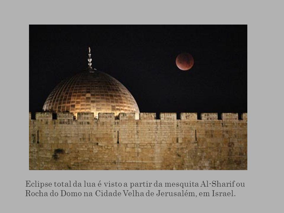 Eclipse total da lua é visto a partir da mesquita Al-Sharif ou Rocha do Domo na Cidade Velha de Jerusalém, em Israel.