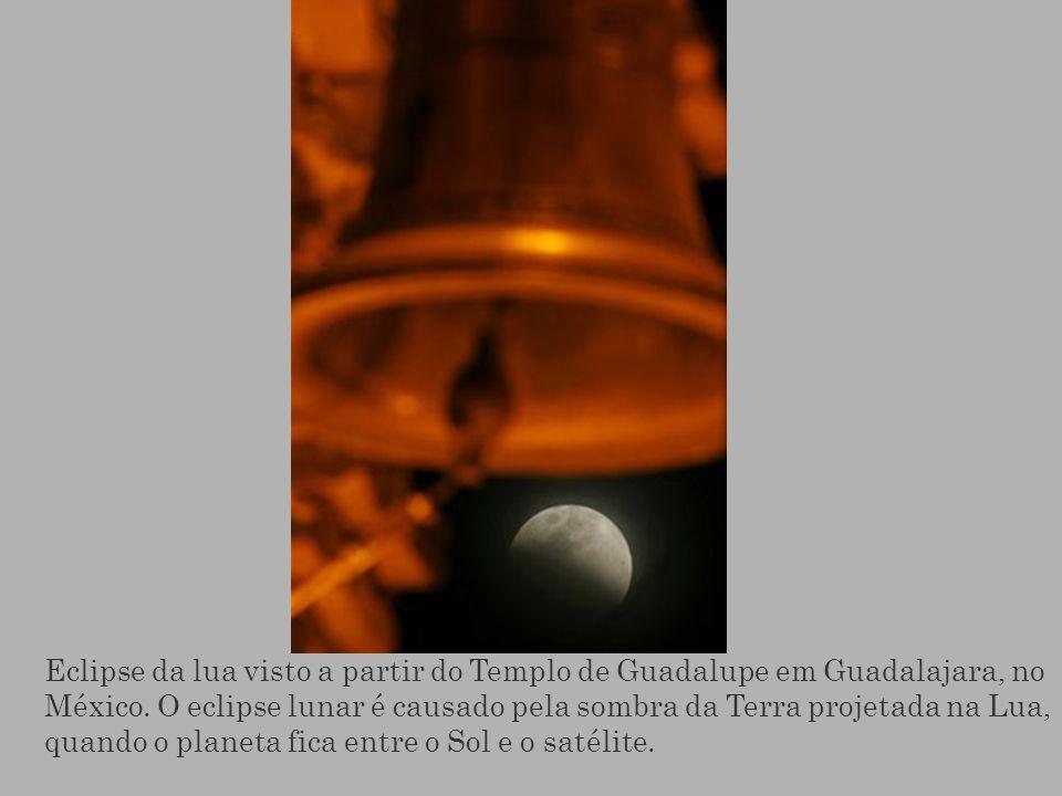 Eclipse da lua visto a partir do Templo de Guadalupe em Guadalajara, no México.