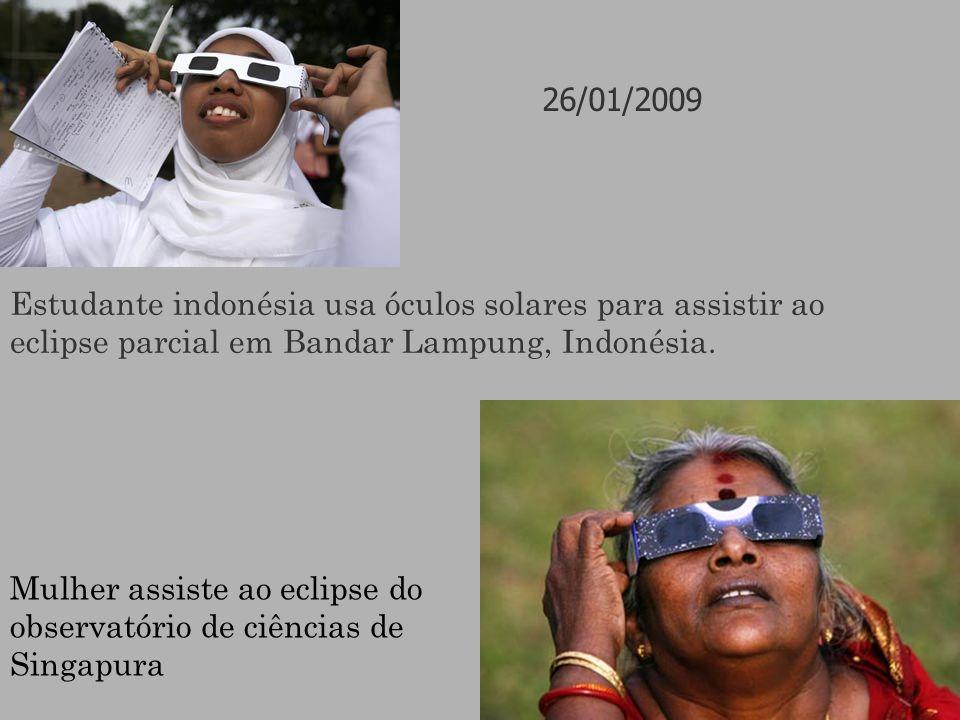 26/01/2009 Estudante indonésia usa óculos solares para assistir ao eclipse parcial em Bandar Lampung, Indonésia.