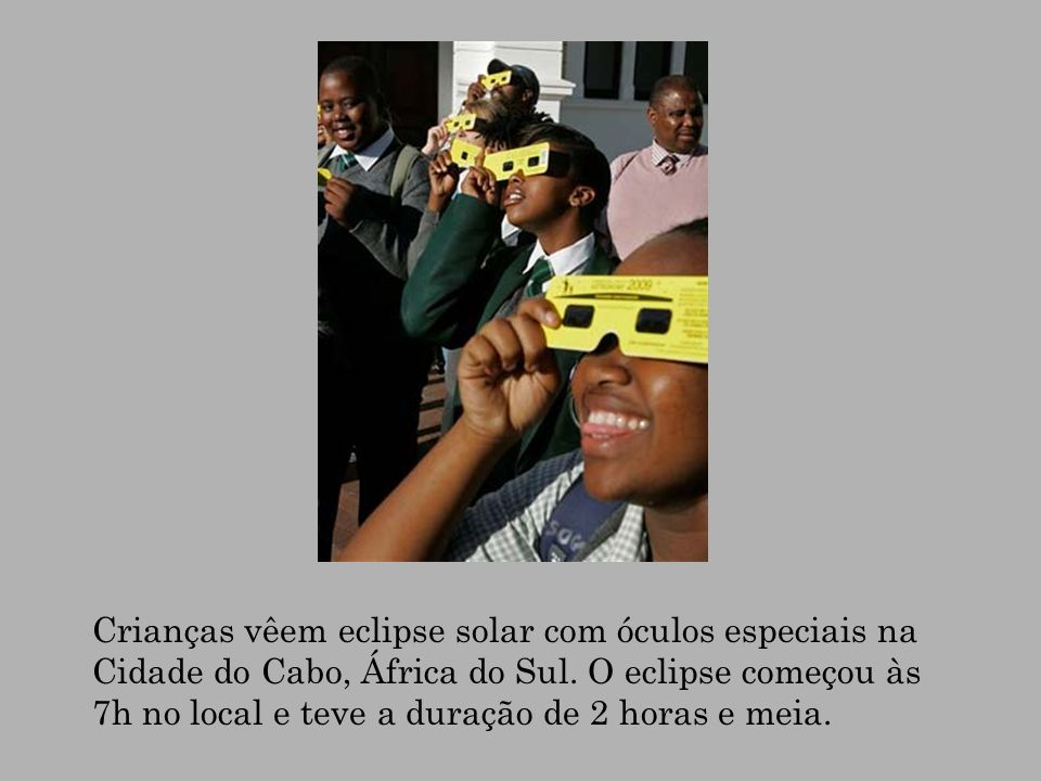 Crianças vêem eclipse solar com óculos especiais na Cidade do Cabo, África do Sul.