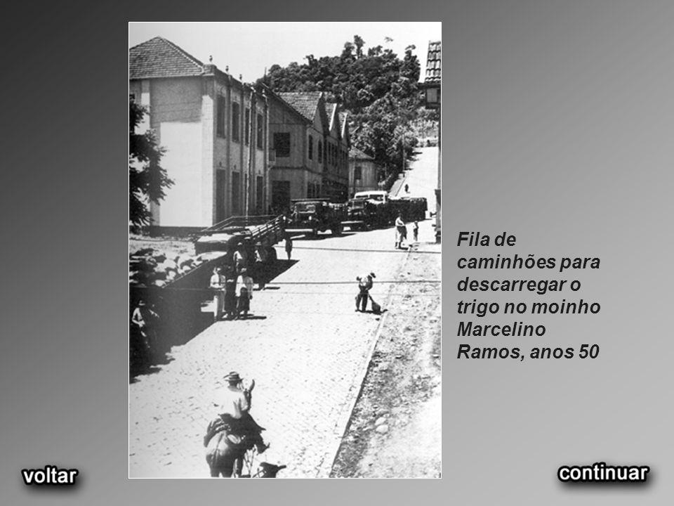 Fila de caminhões para descarregar o trigo no moinho Marcelino Ramos, anos 50