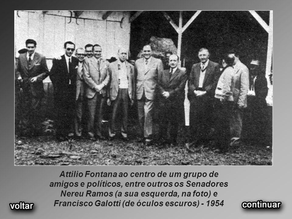 Attilio Fontana ao centro de um grupo de amigos e políticos, entre outros os Senadores Nereu Ramos (a sua esquerda, na foto) e Francisco Galotti (de óculos escuros) - 1954