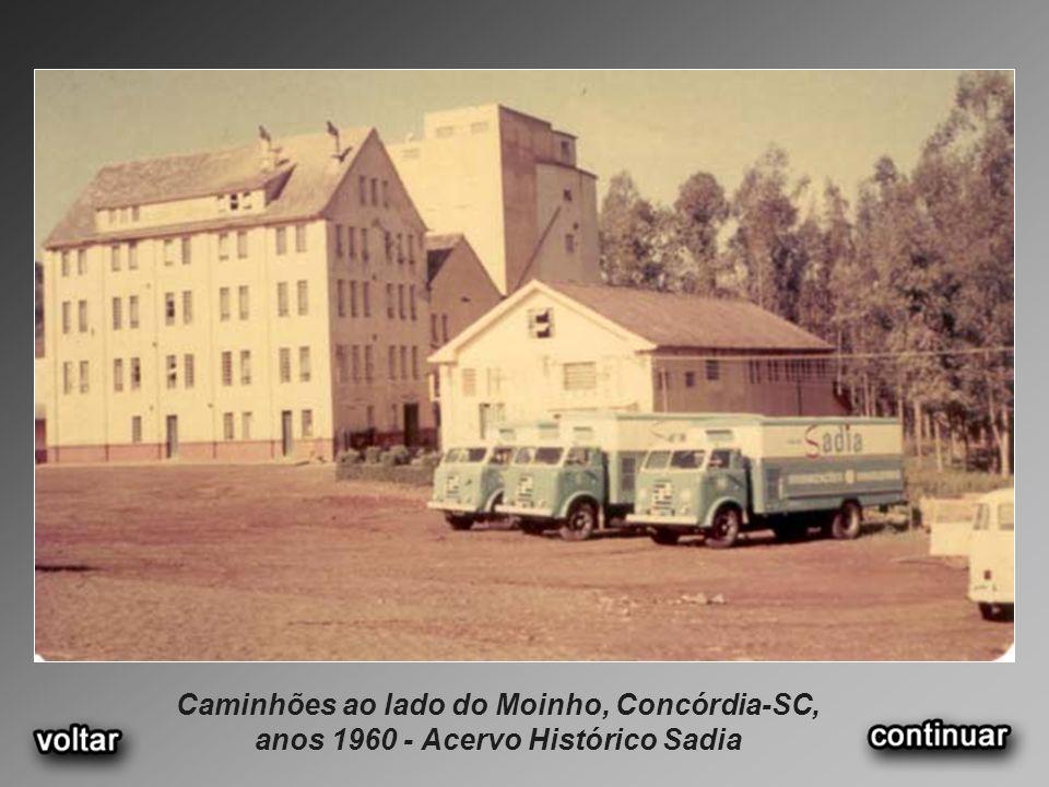 Caminhões ao lado do Moinho, Concórdia-SC, anos 1960 - Acervo Histórico Sadia