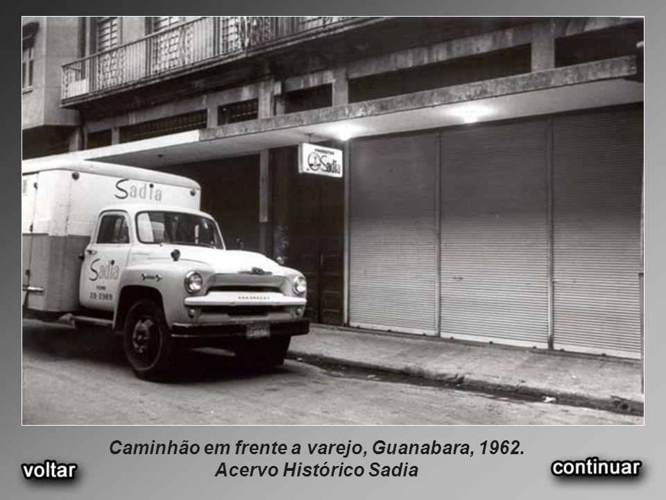 Caminhão em frente a varejo, Guanabara, 1962. Acervo Histórico Sadia