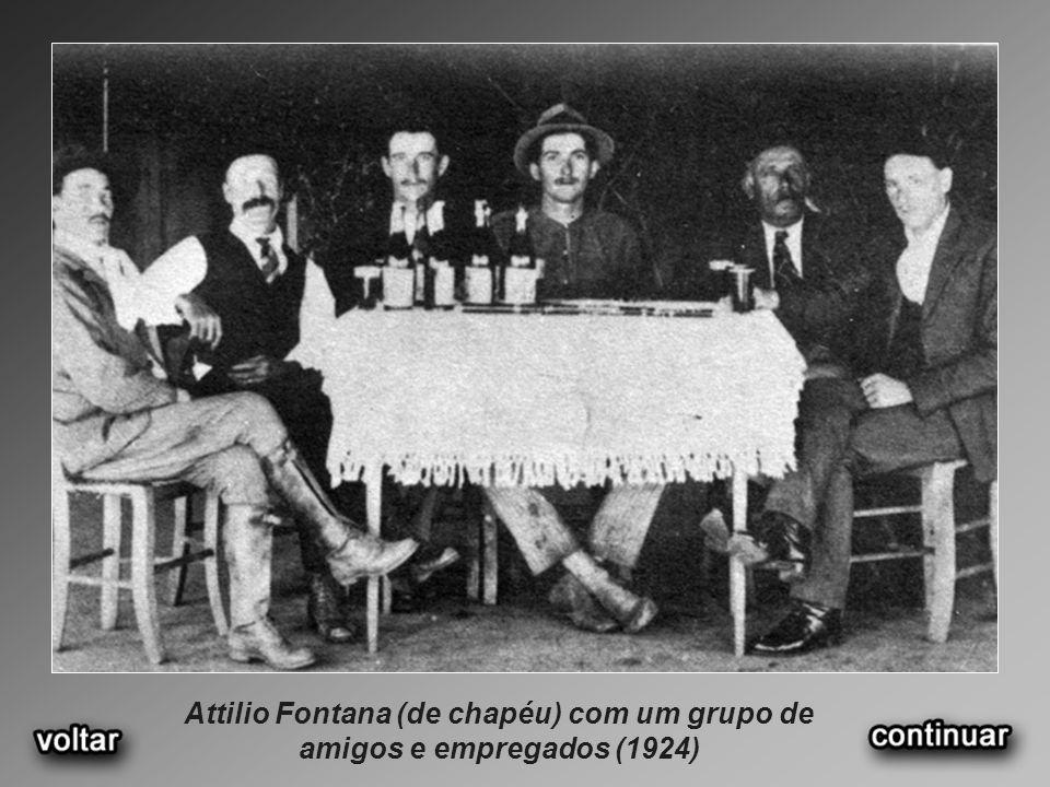 Attilio Fontana (de chapéu) com um grupo de amigos e empregados (1924)