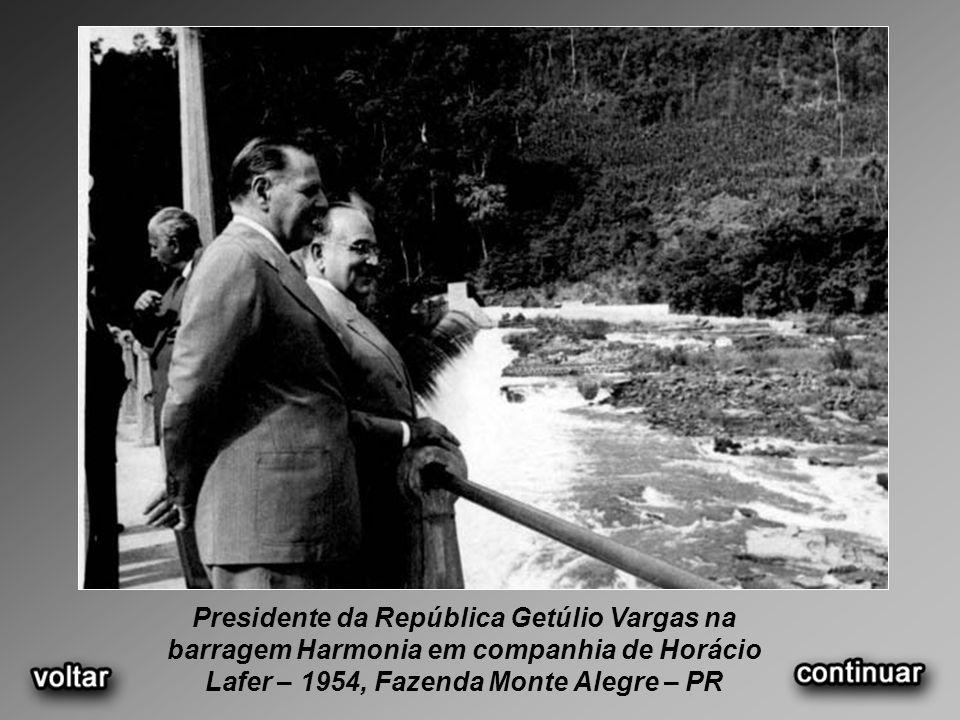 Presidente da República Getúlio Vargas na barragem Harmonia em companhia de Horácio Lafer – 1954, Fazenda Monte Alegre – PR