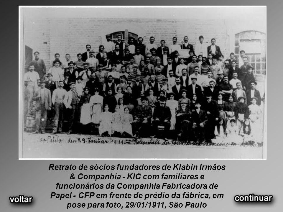 Retrato de sócios fundadores de Klabin Irmãos & Companhia - KIC com familiares e funcionários da Companhia Fabricadora de Papel - CFP em frente de prédio da fábrica, em pose para foto, 29/01/1911, São Paulo