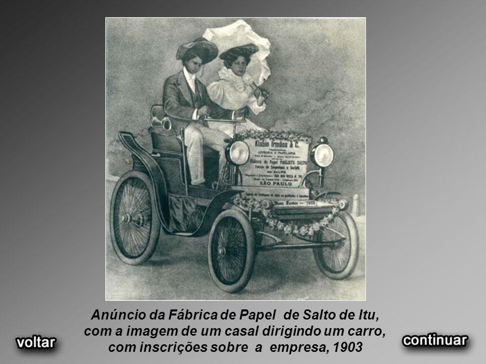 Anúncio da Fábrica de Papel de Salto de Itu, com a imagem de um casal dirigindo um carro, com inscrições sobre a empresa, 1903