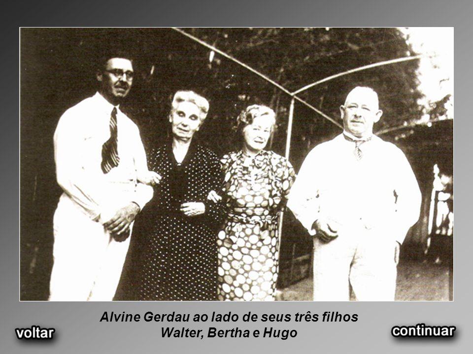 Alvine Gerdau ao lado de seus três filhos Walter, Bertha e Hugo