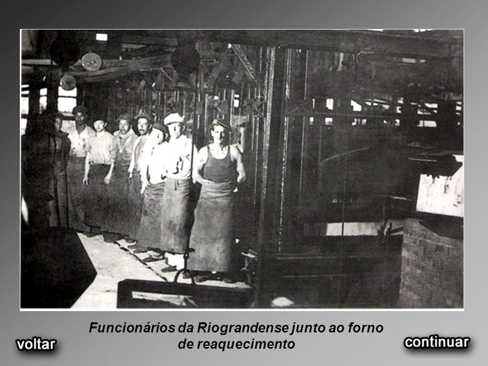 Funcionários da Riograndense junto ao forno de reaquecimento